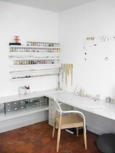 amazin- organized and beautiful work space!!!!