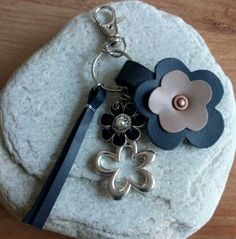 Tas- of sleutelhanger :Bloem. Gemaakt met leer en hangers/bedels Leather Flowers, Purse Patterns, Leather Working, Leather Craft, Keychains, Fabric Crafts, Easy Crafts, Cricut, Jewelry Making