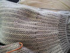 Brassière point mousse de 2 couleurs Elle se tricote d'une seule pièce commencée par le dos gauche. Elle se ferme dans le dos pas deux petits boutons plats pour ne pas blesser bébé, mais les cotés …