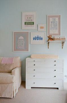 habitación de bebé con pared de color celeste cuadros marcos