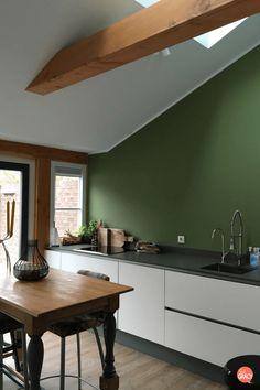 Whoop whoop! De nieuwe keuken zit er nu helemaal in en wat ben ik blij. De keuken is echt zo enorm tof geworden. De witte greeploze lades, het grijze stenenblad en de groene muur. Het is gewoon prachtig. Vandaag laat ik jullie dan ook vol trots onze keuken zien.