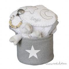 Accesorios de bebé personalizados dentro de una bonita cesta gris con estrella que te servirá para almacenar sus cosas. Baby Shoes, Baby Gift Baskets, Baby Gifts, Personalized Baby, Star, Baby Boy Shoes, Crib Shoes