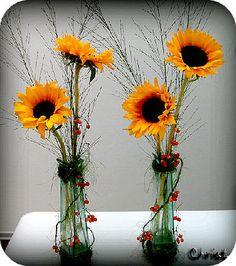 Zomers bloemstuk met zonnebloemen siergras bessen van de gelderse roos bloemschikken zomer cursus