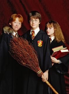 Harry, Ron and Hermione / Daniel Radcliffe, Rupert Grint, and Emma Watson in Harry Potter and the Philosopher's Stone Fantasia Harry Potter, Magie Harry Potter, Cumpleaños Harry Potter, Harry And Hermione, Harry Potter Birthday, Harry Potter Characters, Harry Potter Universal, Hermione Granger, Harry Potter Friends