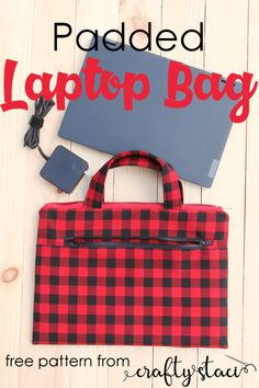 This padded laptop bag can be placed to your large bag for travel. This cute bag is also sturdy to use on its own. Check the padded laptop bag free sewing tutorial. Bag Pattern Free, Bag Patterns To Sew, Sewing Patterns Free, Free Sewing, Crochet Patterns, Sewing Projects For Beginners, Sewing Tutorials, Tutorial Sewing, Purse Tutorial