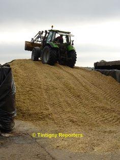 tracteur au sommet du silo de maïs à la ferme