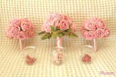Różowe bukiety panny młodej i druhen