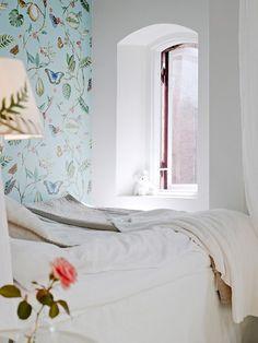 Ce magnifique papier-peint donne à cette chambre une ambiance romantique et bucolique ! J'adore...