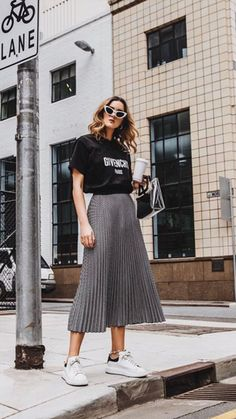 Looks Estilosos com T nis Usados pela Holly Titheridge holly titheridge look com t nis moda estilo inspiration outfits with sneakers fashion style inspiration Mode Outfits, Casual Outfits, Heels Outfits, Dress And Sneakers Outfit, Long Skirt Outfits, Skirt And Sneakers, Sneakers Fashion Outfits, Fashion Boots, Shoes Sneakers