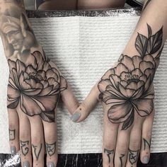 How much does a hand tattoo hurt? We have hand tattoo ideas, designs, pain placement, and we have costs and prices of the tattoo. Tattoos 3d, Bild Tattoos, Flower Tattoos, Tattoo Drawings, Body Art Tattoos, Sleeve Tattoos, Cool Tattoos, Tatoos, White Tattoos