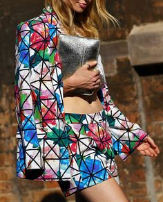 STREET STYLE OVERSIZED FLORAL PRINTS SHORTS SUIT GRAPHIC PRINT LINES OVER FLORAL PRINT JACKET AND SHORTS SILVER METALLIC CLUTCH BAG THUMB RING SYDNEY AUSTRALIAN FASHION WEEK HIL OH VOGUE MAGAZINE