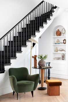 EyeSwoon founder Athena Calderone renovated a Cobble Hill townhouse together with designer Elizabeth Roberts into a wonderful bright forever home. Townhouse Interior, Townhouse Designs, Brownstone Interiors, Bohemian Apartment, Brooklyn Apartment, Design Entrée, Interior Design, Black Stairs, Black Painted Stairs