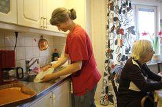 Efter lyckade försök med att ha utökad grundbemanning i Skara kommuns äldreomsorg ska det nu anställas fler i hemvården och äldreomsorgens dagliga verksamhet.
