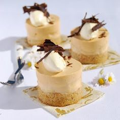 This recipe evolved from the banana teacakes I made in my last post. Typical of my mind to do a full circle from gluten, dairy free, ultra healthy teacakes to something as decadent as banoffee pie! Gluten Free Cakes, Gluten Free Desserts, Delicious Desserts, Yummy Food, Tea Cakes, Food Cakes, Mini Cakes, Banoffee Cake, Caramel Mousse
