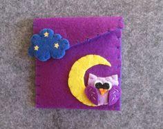 Cartera de fieltro.   Fieltro monedero con flor amarilla, la hoja y el bordado exterior con cable naranja. Es un hecho a mano, cortada y cosida a mano en cada detalle. Una idea de regalo para jóvenes y adultos.  ******** -Correa de cierre; -Dimensiones: 10 x 10 cm.  ******** Haga clic aquí para ver más bolsos lindos. https://www.etsy.com/it/shop/TinyFeltHeart?section_id=17144183&ref=shopsection_leftnav_2