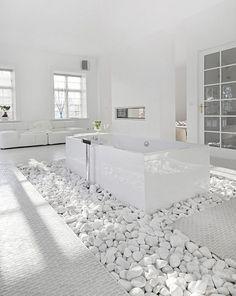 Baden in de weelde van een luxe witte badkamer