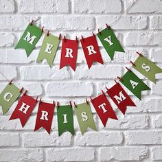 Give your home a festive makeover with these beautiful and creative Christmas garlands. With over 60 different garlands to choose from, you will definitely find the perfect one to match your Christmas decorations. Christmas Tree Decorating Tips, Diy Christmas Garland, Homemade Christmas Decorations, Diy Garland, Christmas Paper, Merry Christmas, Decorating Ideas, Creation Deco, Cool Diy