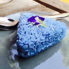 Jasmine Rice infused with Blutanium - our dried butterfly pea flower extract is an all natural blue food dye Butterfly Pea Flower Tea, Blue Butterfly, New Vines, Blue Food Coloring, Pea Recipes, Food Dye, Flower Food, Water Flowers, Edible Flowers