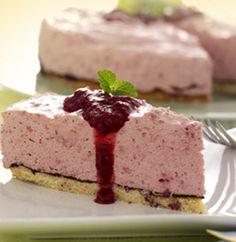 Hindbærmousse-tærte - lav selv bunden i stedet. Man kan også bruge jordbær.