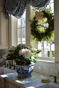 28 Ideas For Kitchen Window Wreath French Country, … – Best Home Plants French Country Kitchens, French Country Style, French Decor, French Country Decorating, Christmas Kitchen, Christmas Home, White Christmas, Southern Christmas, Christmas Plants
