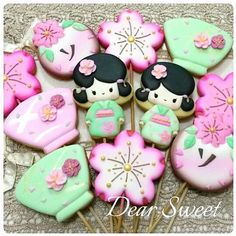 Kokeshi for Sofia! Japanese ceramics and Cherry Blossom inspired me to create. Tea Cookies, Galletas Cookies, Fancy Cookies, Sweet Cookies, Flower Cookies, Royal Icing Cookies, Sugar Cookies, Blossom Cookies, Japanese Cookies