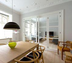Dual living room with some Danish classics creating a warm atmosphere #vahledoor #interiordoor #foldingdoor #glassdoor #bespokedoor #architecture #design #madeindenmark