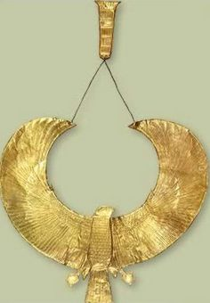 Chased Gold Falcon Collar with Small Counterpoise - The Tutankhamun Exhibit Jewelry and Ornamentation Ancient Egyptian Clothing, Ancient Egyptian Art, Ancient Aliens, Ancient Greece, Ancient History, Egypt Jewelry, Ancient Jewelry, Roman Jewelry, Gold Jewelry