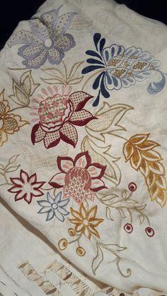 Camino de mesa bordado a mano en punto mallorquín, con calados y vainicas