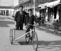 Ποδήλατο με εξωτερική θέση, φωτογραφία Τ.Τλούπα 1947 Athens Greece, Vintage Photos, Baby Strollers, Nostalgia, The Past, Memories, Black And White, Retro, Pictures