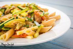 Questa pasta con tonno, zucchine e pomodorini è un primo piatto semplice e veloce da preparare. Perfetto per chi d'estate ha sempre i minuti contati.