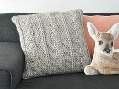 Een klassiek kabelpatroon in een modern jasje, dat doet het in iedere woonkamer goed! Daarom zijn wij lekker aan het kabelen geslagen en hebben dit trendy kussen gehaakt.Bekijk hier de uitleg!