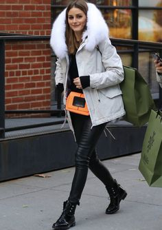coat with fur collar outfit. The furry parka coat is believed to be familiar to everyone. Not only is it fashionable and warm, it can also play a role in modifying the shape of the face. Against the background of the fur, it looks particularly small. Olivia Palermo Outfit, Olivia Palermo Lookbook, Olivia Palermo Style, Fall Winter Outfits, Autumn Winter Fashion, Outfits Leggins, Parka Outfit, Skirt And Top Set, Milan Fashion Weeks