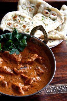 Popularizado por los magníficos chefs de Bangladesh que trabajaban en restaurantes de Glasgow y Londres, el pollo tikka masala es uno de los emblemas de la cocina india y uno de mis platos favorito...