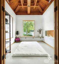 2012년 9월, 은평구 진관사 초입에 한옥마을을 조성하기 위해 부지를 분양하기 시작했다. 그로부터 3년 후 내로라하는 한옥 전문가가 모두 참여해 한옥 설계의 각축장이라 표현하는 이곳에 주택으로는 첫 번째인 목경헌이 모습을 드러냈다. 20년 동안 아파트에서만 살던 배윤목ㆍ허성경 부부는 한옥 생활이 더없이 만족스럽다. Japanese Home Design, Japanese Interior, Japanese House, Natural Modern Interior, Asian House, Space Interiors, Interior Decorating, Interior Design, Deco Furniture