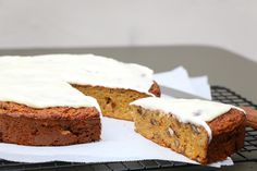 Voici la recette light du carrot cake ou cake à la carotte, sans beurre et allégée en sucre, idéale pour les fêtes ! C'est la 3ème version de ce gâteau anglo-saxon que je vous propose, ici revu pour satisfaire ceux qui font un peu gaffe à leur ligne tout en préservant le moelleux de carrot …