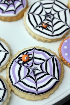 Completely adorable purple, orange, and black Spiderweb Sugar Cookies.Royal icing - drag with toothpick - easy Halloween cookies Halloween Desserts, Halloween Torte, Halloween Backen, Postres Halloween, Halloween Cookies Decorated, Halloween Sugar Cookies, Halloween Goodies, Halloween Treats, Halloween Spider