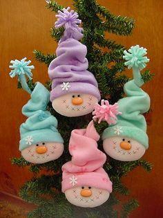 Elabora estas lindas cabecitas de muñecos de nieve para adornar el árbol o algún regalo. Puedes utilizar fieltro o polar e imprimir los moldes en hoja tamaño carta o al tamaño de tu preferencia, al gorro se le coloca un alambre para darle forma. Materiales Fieltro o polar en color: blanco, lavanda, verde agua, rosa …