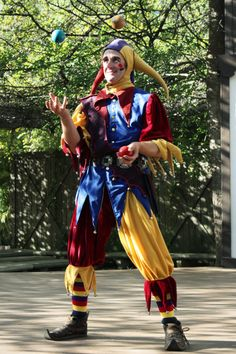 This costume is so cute! Jester Costume, Circus Costume, Medieval Jester, Halloween Circus, Costume Venitien, Clown Party, Court Jester, Cute Clown, Pierrot