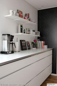 vit bänkskiva,kök,hyllor kök,öppen förvaring