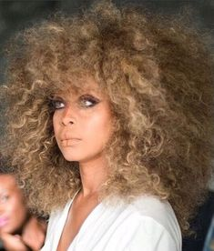 Erykah Badu has had some very different hairstyles, but this has to be one of my favs. Love the curly fro, she looks gorgeous! Pelo Natural, Natural Curls, Natural Hair Care, Natural Hair Styles, Hair Afro, Frizzy Hair, Natural Hair Inspiration, Casual Look, Afro Hairstyles