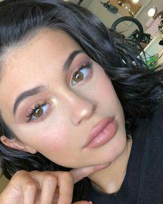 kylie jenner makeup iluminador e batom nude Kylie Makeup, Makeup Goals, Skin Makeup, Beauty Makeup, Kylie Jenner Makeup Natural, Body Makeup, Makeup Style, Makeup Art, Maquillaje Kylie Jenner