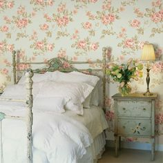The True Meaning of Wallpaper Bedroom Vintage - elliahome Bureau Shabby Chic, Canapé Shabby Chic, Shabby Chic Spiegel, Shabby Chic Tapete, Shabby Chic Office, Shabby Chic Farmhouse, Shabby Chic Interiors, Shabby Chic Living Room, Shabby Chic Bedrooms