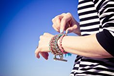 Arm party - DIY braided bracelets in coral and turquoise