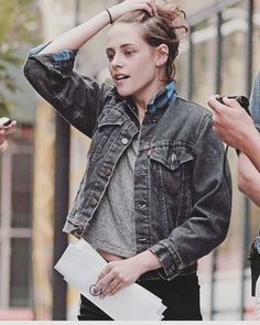 Kristen Stewart shocked that she got an invite to Hot Pepper Dave's Fall Harvest Party. Poses, Celebs, Celebrities, Pretty People, Girl Crushes, American Actress, Sexy Bikini, Ronaldo, My Idol