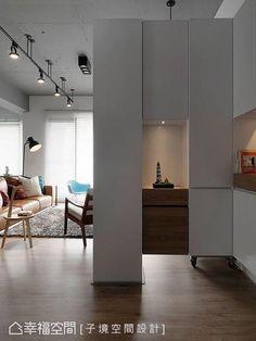 木質白的收納隔屏,保留局部光線的穿透,區劃出較充裕的玄關段落,可完善整合收納鞋櫃與衣帽間。