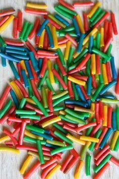 Te enseñamos a teñir pasta de colores para tus manualidades de clase