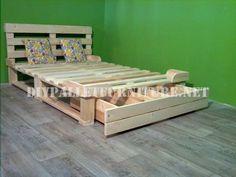 Structure de lit avec des tiroirs faits de palettes 3