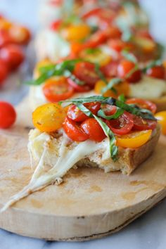Baked Tomato Bruschetta - fresh ingredients with melt-in-your mouth mozzarella! Mmmm I love bruschetta, simple and quick to make Yummy Appetizers, Appetizer Recipes, Party Appetizers, Tomato Bruschetta, Great Recipes, Favorite Recipes, Le Diner, Low Calorie Recipes, Snacks