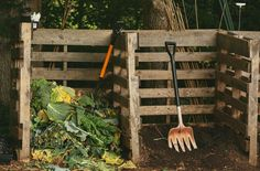 Looking for easy backyard compost tips? Compost reduces waste & will improve your soil. These simple steps walk you through it - materials, moisture & more. Wooden Compost Bin, Making A Compost Bin, Composting At Home, Best Garden Tools, Garden Gadgets, Wooden Posts, Pallet House, Recycled Pallets, 1001 Pallets
