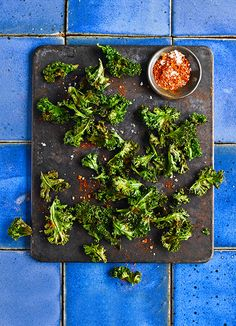 Baked kale crisps with smoky paprika salt. Kale makes a fantastic healthy low-fat, low-cal snack – a great alternative to crisps. Sprinkle with whatever spices you fancy – celery salt or a mild chilli powder would both work well. No Salt Recipes, Kale Recipes, Healthy Eating Recipes, Low Calorie Recipes, Healthy Smoothies, Healthy Snacks, Picnic Recipes, Keto Snacks, Healthy Drinks